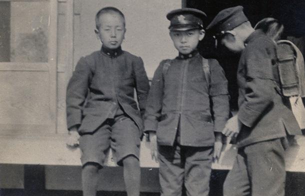 学習院初等科時代、学友と一緒の迪宮さま(のちの昭和天皇)=撮影日時不詳、場所不詳