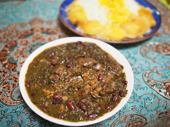 写真・図版 : 野菜や豆、肉がとろとろになるまで煮込まれたゴルメサブジ(写真はいずれも筆者撮影)