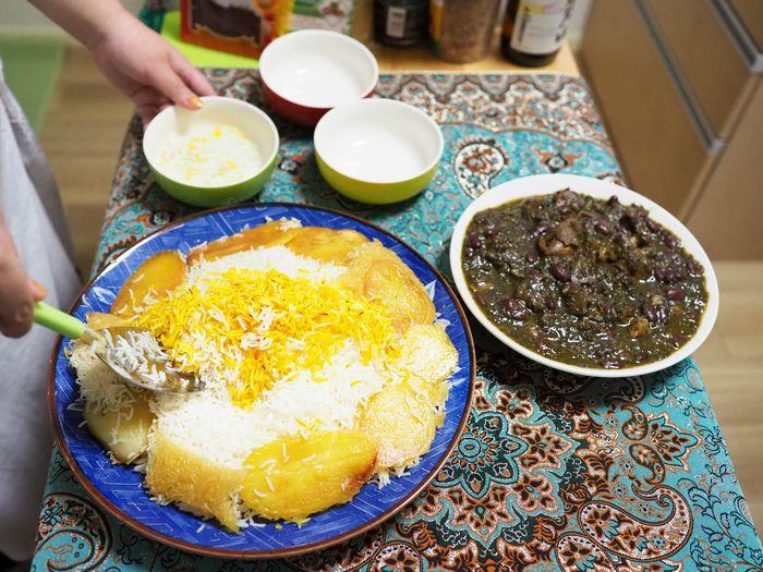 写真・図版 : ラフランで色づけしたライスや、こんがり焼いたジャガイモの色合いも食欲をそそる