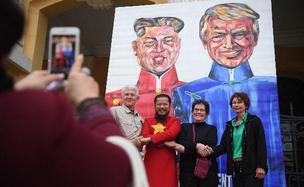 写真・図版 : 米朝会談が開かれたベトナム・ハノイ。オペラハウス前には米朝首脳を描いた絵が置かれた=2019年2月28日