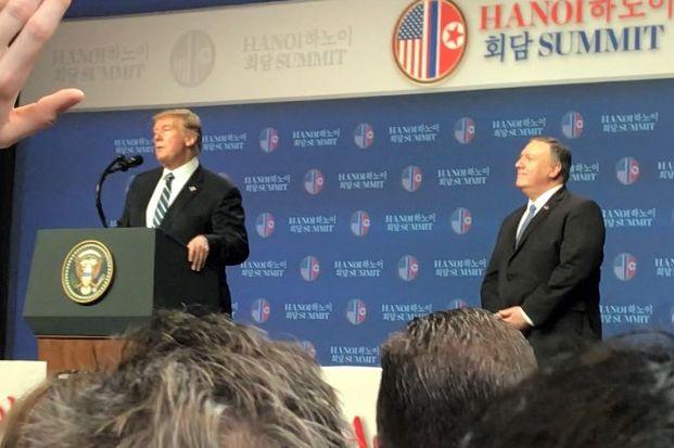 写真・図版 : 米朝首脳会談が事実上、決裂した後、ハノイのホテルで記者会見に臨んだトランプ米大統領(壇上左)とポンペオ国務長官(同右)=2019年2月28日