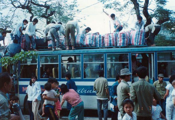 写真・図版 : UNHCRの自主帰還プログラムでベトナム・ハイフォン市に帰郷した香港からのベトナム帰還民=1991年11月(日本国際ボランティアセンター提供)
