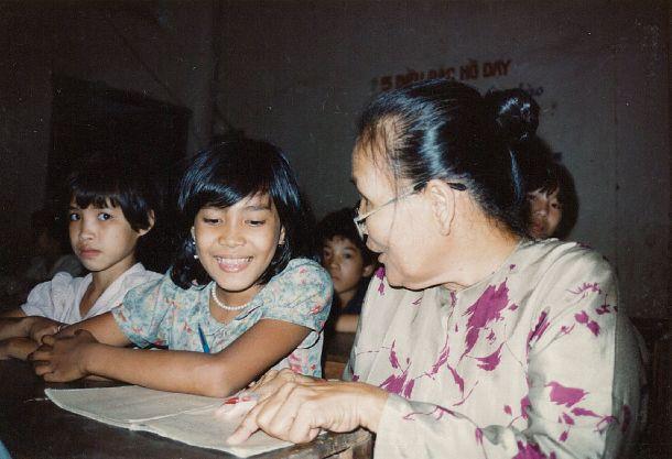 写真・図版 : JVCの支援プログラムとして行われたホーチミン市のホームレスの子どもたちのための夜間補修学級=1990年7月(日本国際ボランティアセンター提供)