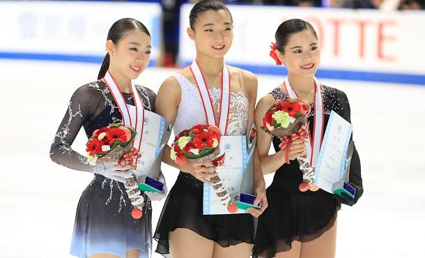 写真・図版 : 2018年の全日本選手権で優勝した坂本花織(中央)、2位の紀平梨花(左)、3位の宮原知子(右)。世界選手権でこの再現がなるだろうか