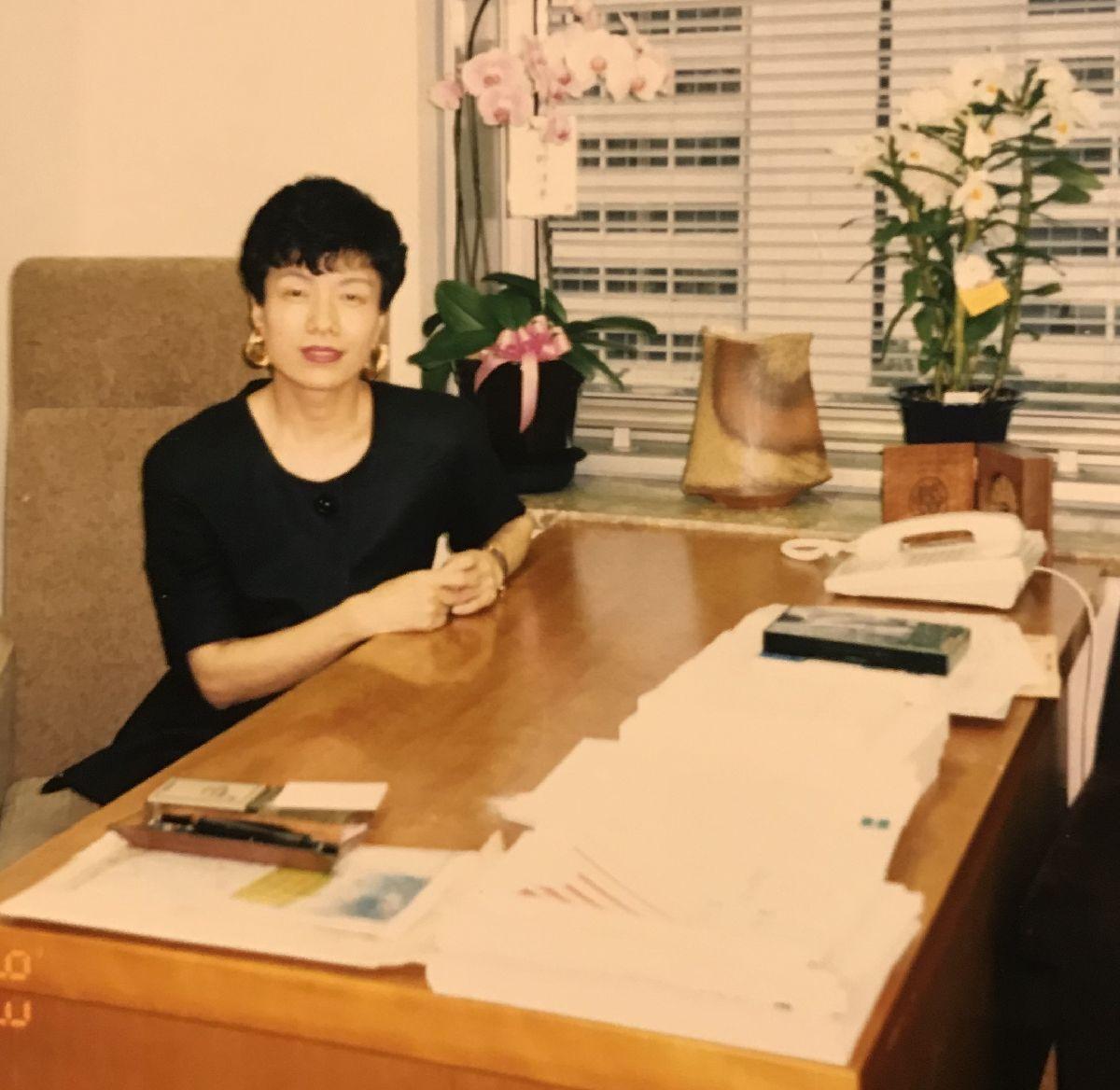 写真・図版 : 1993年7月繰り上げ当選したが、衆院選の最中で選対本部長でもあったため、8月に入ってやっと議員室の椅子に座る円より子さん(筆者提供)