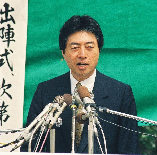 写真・図版 : 1993年衆院選。金丸信・前自民党副総裁の地元甲府市で第一声をあげた日本新党・細川護熙代表=1993年7月4日
