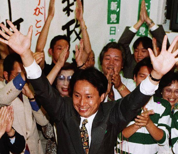 1993年衆院選、東京4区で初当選を決め、喜ぶ日本新党の山田宏氏=1993年7月18日