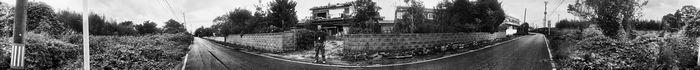 写真・図版 : 双葉町にある破壊された自宅前に立つ横山久勝さん。周囲は草木が生い茂っていた。上の2枚はいずれも、戦前にハワイで使われていたという360度回転しながら撮影できるサーカットカメラを使ったパノラマ写真で、写真家の岩根愛さんが撮影