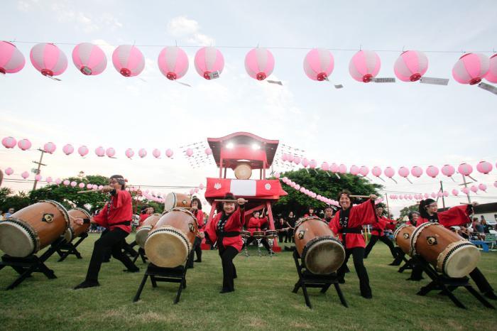 写真・図版 : ハワイで太鼓を演奏する「マウイ太鼓」のメンバー(本文中の以下の写真は映画「盆唄」から©2018テレコムスタッフ)