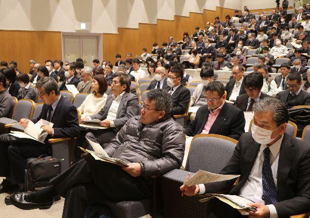 写真・図版 : 外国人労働者の新たな在留資格について説明を受ける静岡県内の事業者ら=2019年2月25日、静岡市