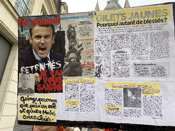 写真・図版 : フランス・アンジェであった「黄色いベスト」のデモで掲げられていたプラカード。マクロンを吸血鬼に見立てている=2019年1月26日