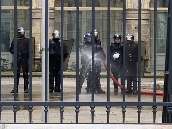 写真・図版 : アンジェであったデモが暴徒化するのに備え、機動隊は放水の構えをしていた。