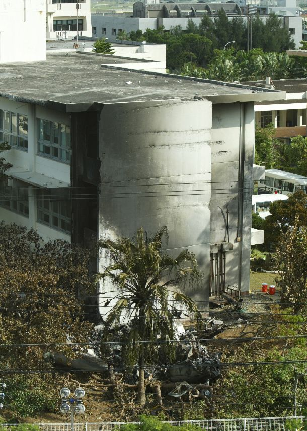 写真・図版 : 米軍ヘリが墜落した直後の沖縄国際大学=2004年8月14日、沖縄県宜野湾市