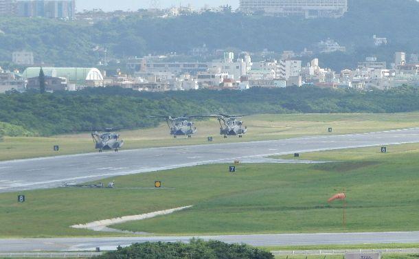 写真・図版 : 普天間飛行場を編隊で飛び立つ米海兵隊の大型輸送ヘリ。海兵隊の移転はいつになるのだろう=2018年9月13日、沖縄県宜野湾市の米軍普天間飛行場