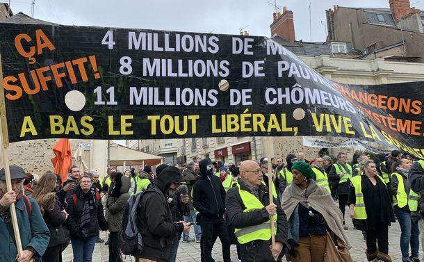 毎週末に繰り広げられるイエローベストの街頭デモ=2019年1月26日、フランス西部の街アンジェ