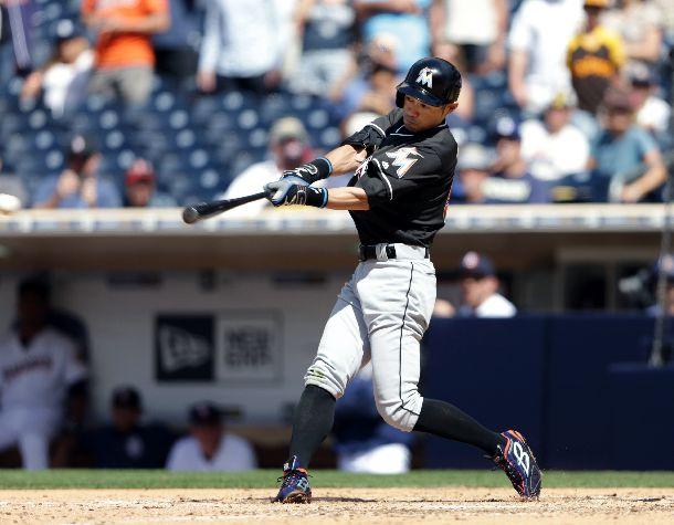 写真・図版 : 日米通算の歴代最多安打記録を抜く4257本目の安打を打ったイチロー。右翼線への二塁打だった=2016年6月15日、米サンディエゴ