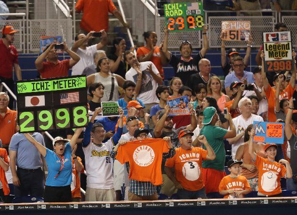 写真・図版 : イチローが七回裏に右翼線へ二塁打を放ち、2998安打を記録したことを喜ぶファンたち=2016年7月28日、米フロリダ州マイアミ