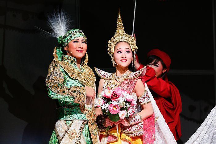 写真・図版 : 『クルンテープ 天使の都』公演から、珠城りょう(左)と美園さくら=岸隆子撮影