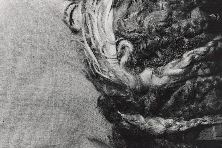 写真・図版 : 囚人の毛髪で織った布地(アウシュヴィッツ、1988年)©Yoshino Oishi