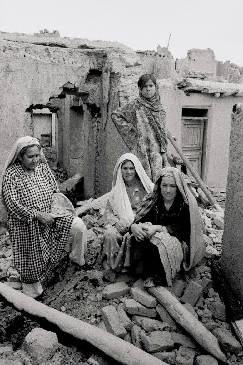 ラサー(28、前列右)はタリバンに村を襲撃され、逃げるときに夫が銃で殺された。姑や姪たちと破壊された我が家で途方に暮れる(アフガニスタン・カブール、2002年)©Yoshino Oishi