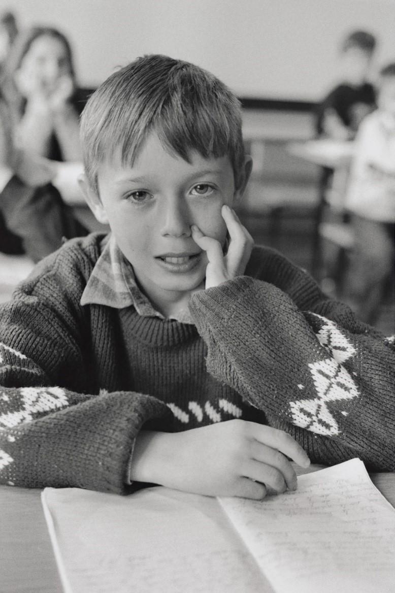 写真・図版 : ヴァドゥリン(9)は父親を眼の前で銃殺され、家も破壊された。教室でも思い出すと涙が溢れ出る(コソボ、2000年)©Yoshino Oishi