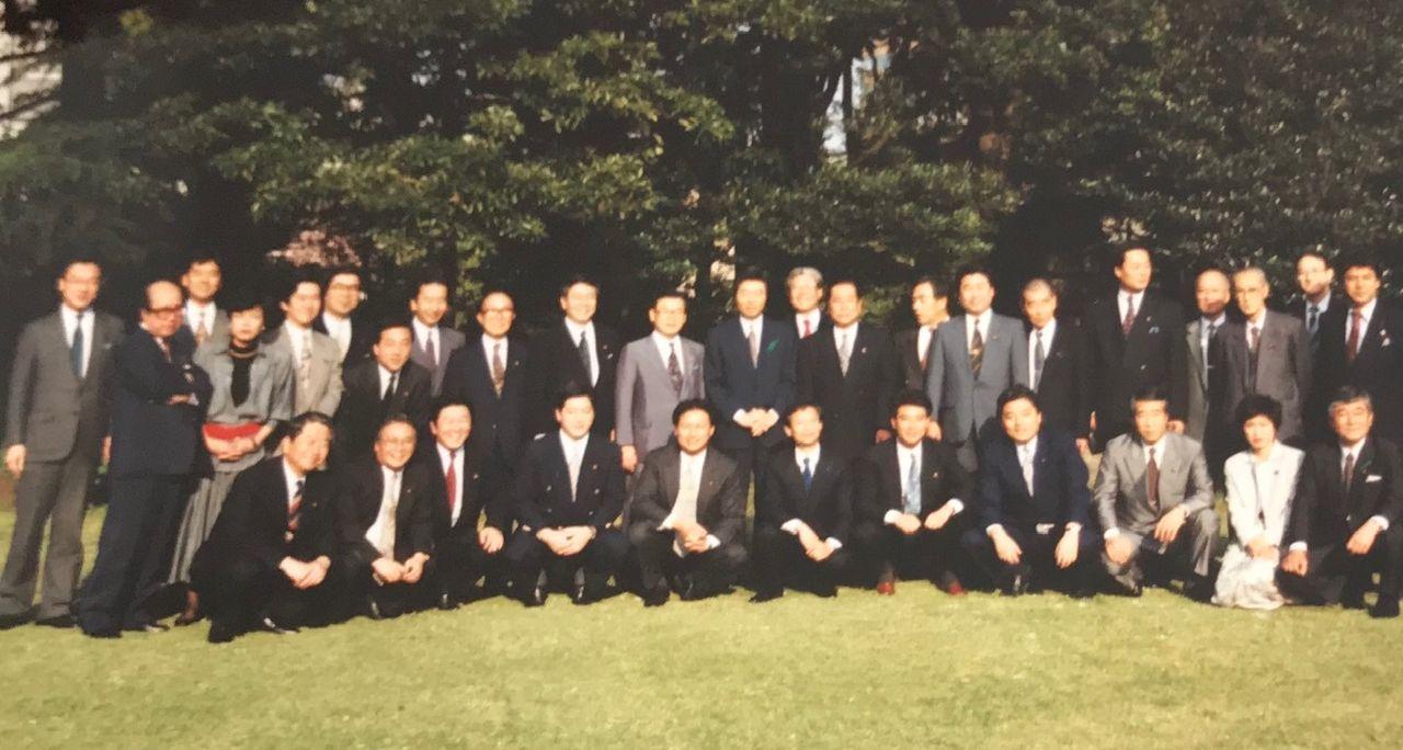 細川内閣が誕生。官邸に呼ばれて、庭で記念写真の日本新党メンバー=1994年
