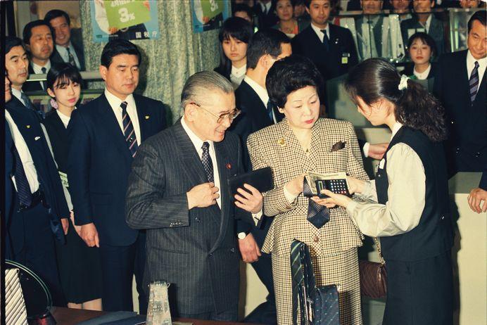 写真・図版 : 消費税導入の初日、ネクタイの買い物をする竹下登首相夫妻=1989年4月1日、東京都中央区