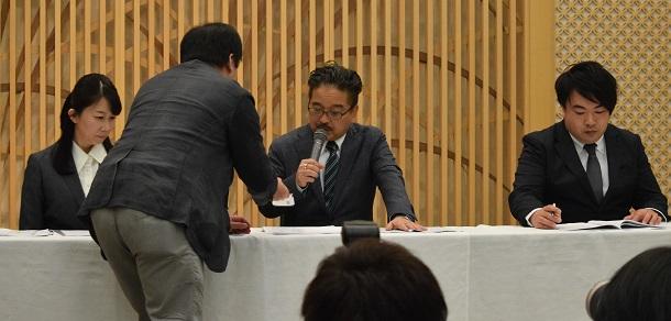 写真・図版 : 会見中、記者から山口真帆さんのツイッターを見せられる松村匠・AKS取締役=2019年3月22日