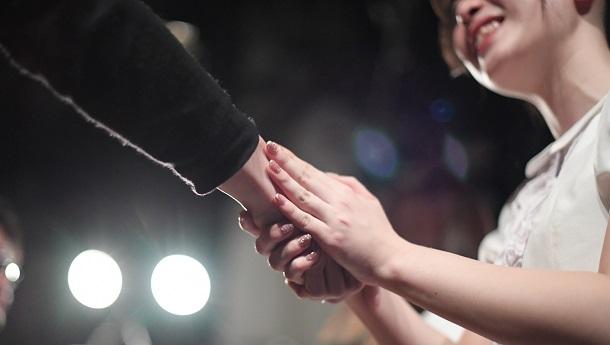 写真・図版 : 今回の事件は、ファンとアイドルとの関係性が問われている