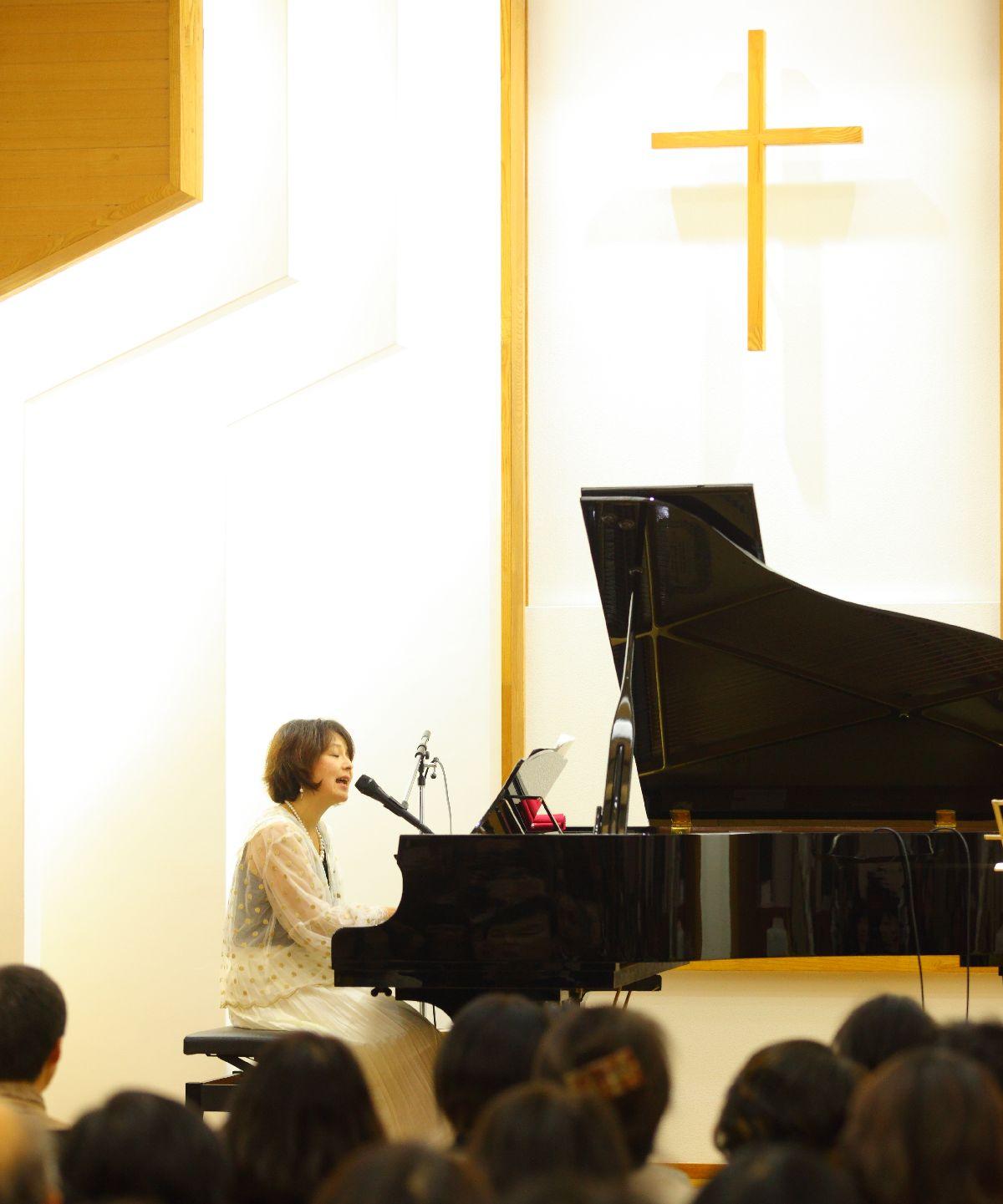 写真・図版 : 教会で歌う久米小百合さん(撮影:酒井羊一)