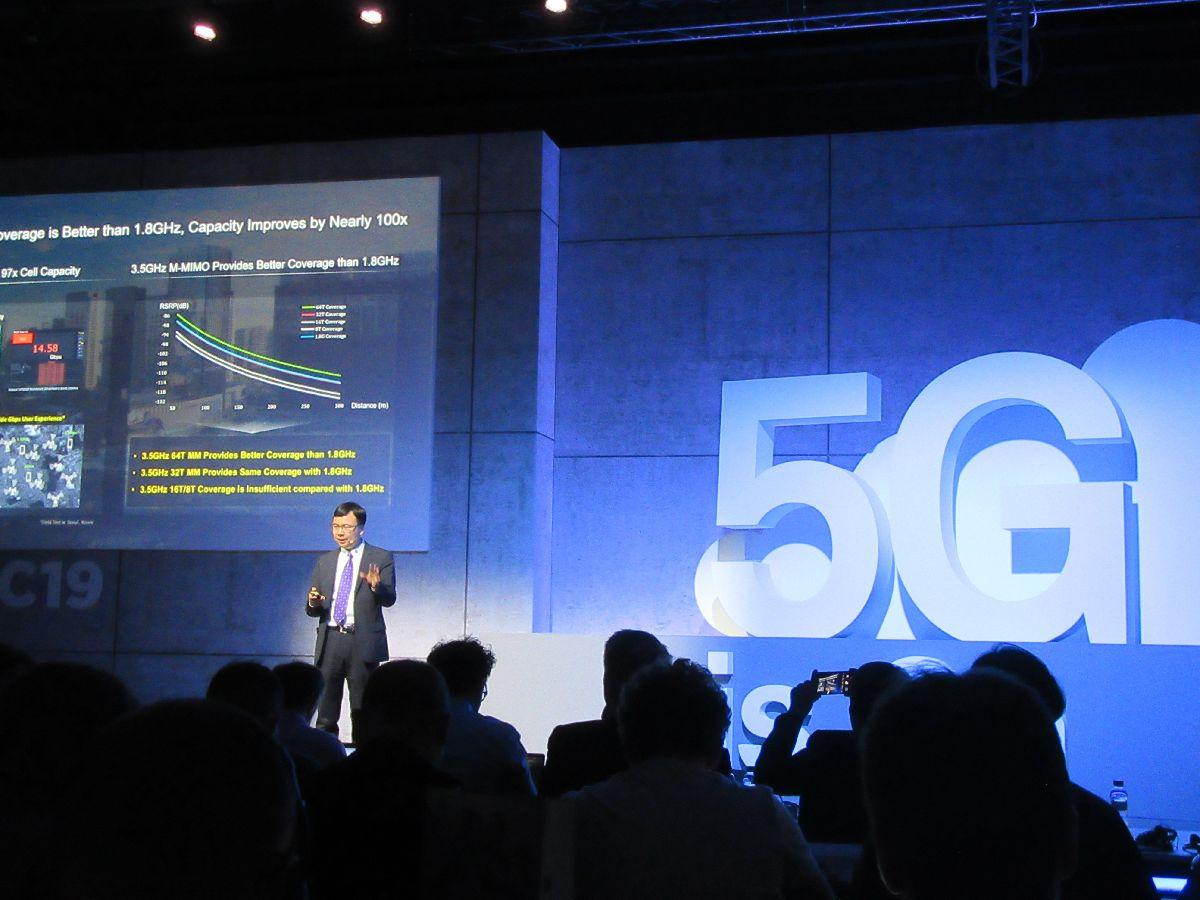写真・図版 : ファーウェイ(華為技術)の5G通信網向けの製品発表会=2019年2月25日、バルセロナ