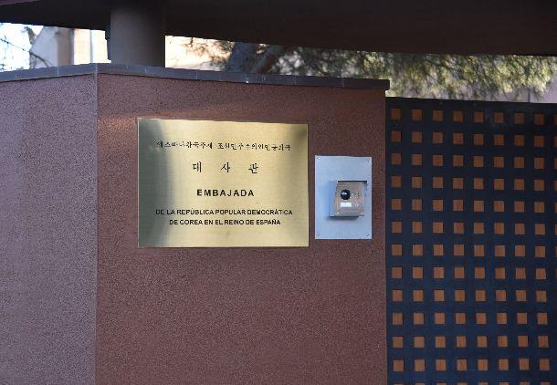写真・図版 : マドリード郊外にある北朝鮮大使館の入り口=2019年3月1日