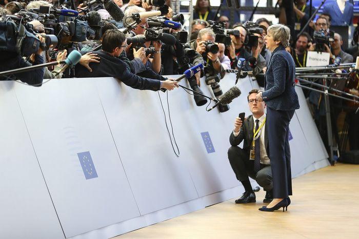 写真・図版 : 3月21日のEU首脳会議(ブリュッセル)で、報道陣の前に立つメイ英首相(官邸フリッカーより)