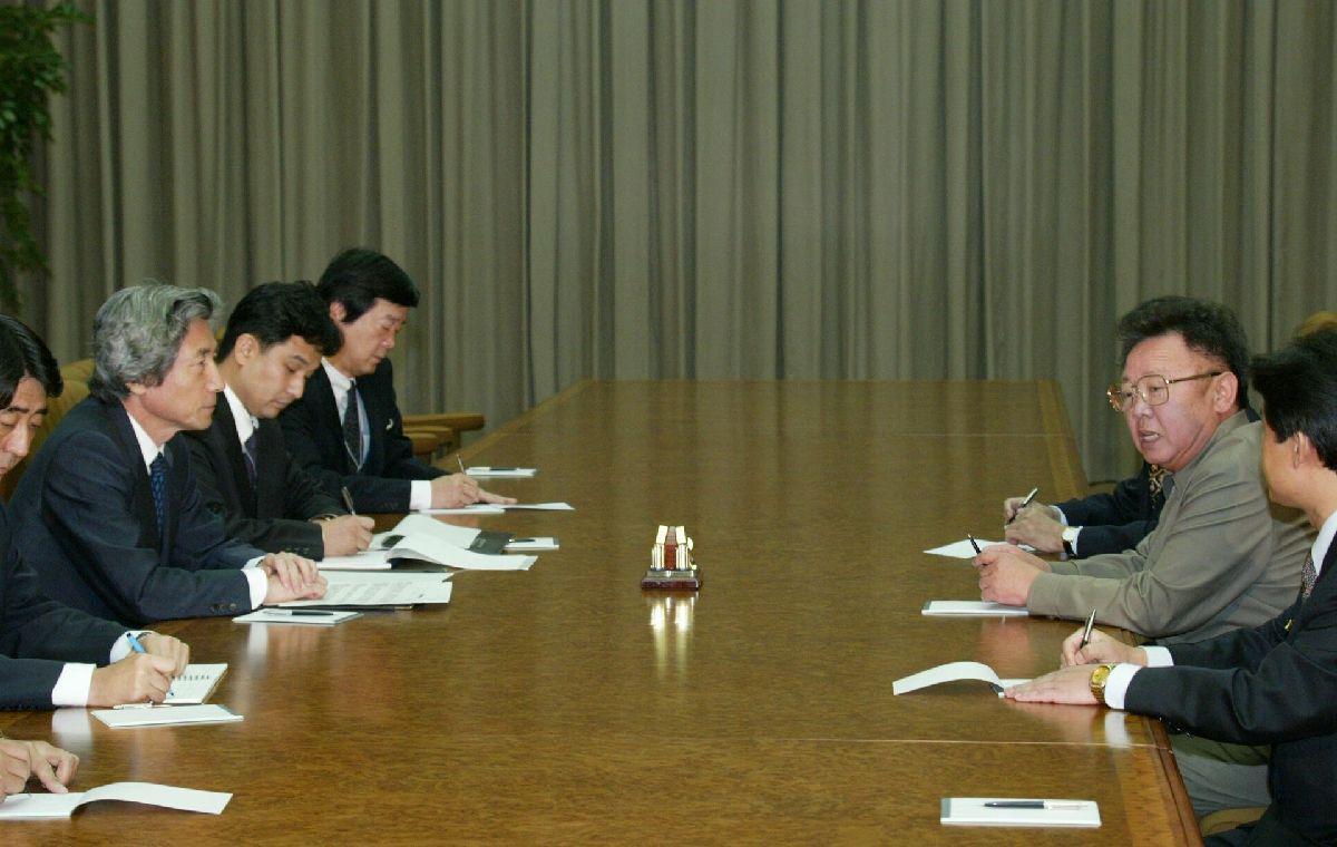 写真・図版 : 北朝鮮の金正日総書記(左)との初めての首脳会談に臨む小泉純一郎首相=2002年9月17日、北朝鮮・平壌市の百花園迎賓館