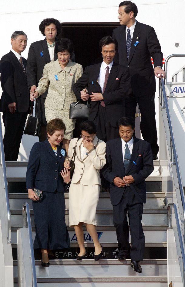 写真・図版 : 北朝鮮から24年ぶりに帰国した拉致被害者。チャーター機から降りる、前列右から地村保志さん、浜本富貴恵さん、2列目右から蓮池薫さん、奥土祐木子さん、その左奥は曽我ひとみさん=2002年10月15日
