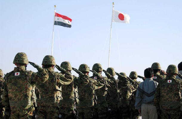 写真・図版 : イラク・サマワの陸上自衛隊宿営地に掲揚された日の丸=2004年2月28日