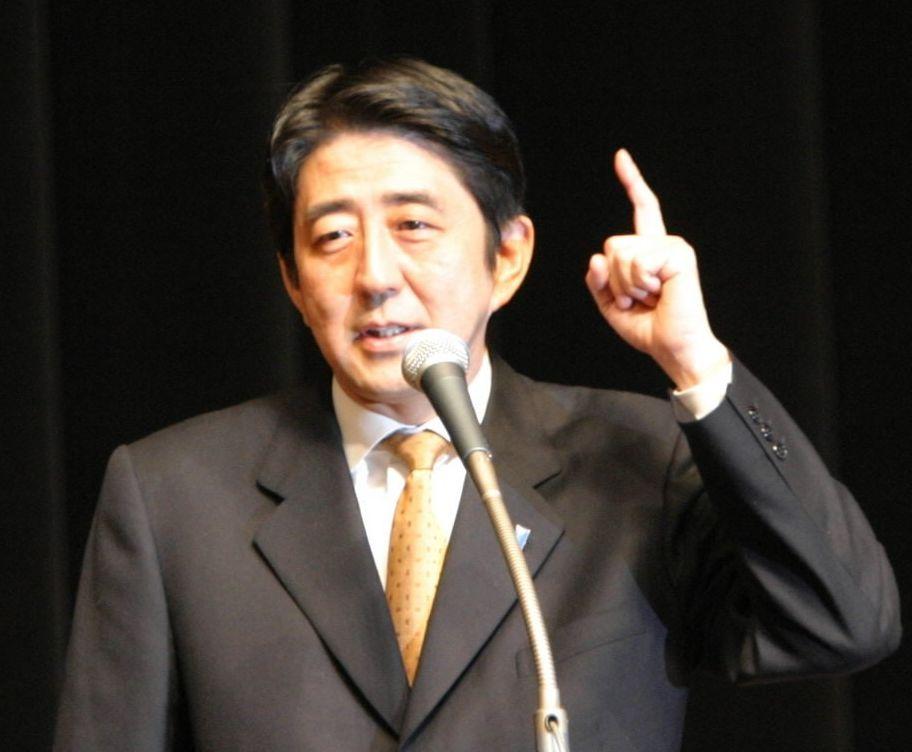 写真・図版 : 演説する自民党の安倍晋三幹事長=2003年10月11日