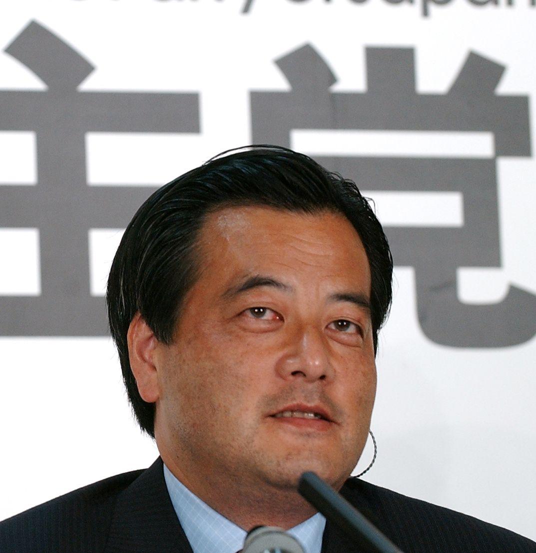 写真・図版 : 2004年参院選。民主党の躍進に笑顔がこぼれる民主党の岡田克也代表=2004年7月11日 、東京・永田町の民主党本部