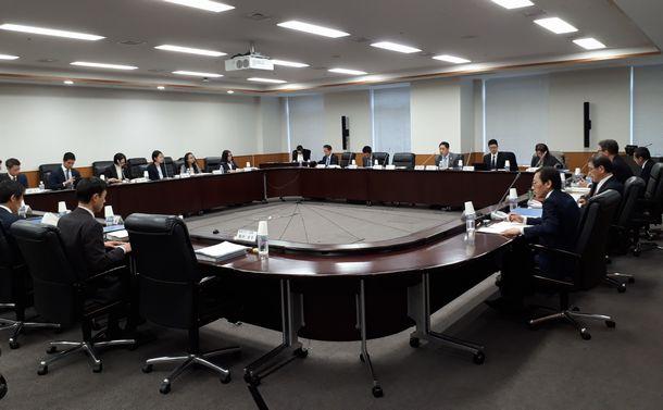 写真・図版 : 競技団体の運営指針となる「ガバナンスコード」を議論するスポーツ庁の検討部会=2019年3月7日、東京都内の文部科学省