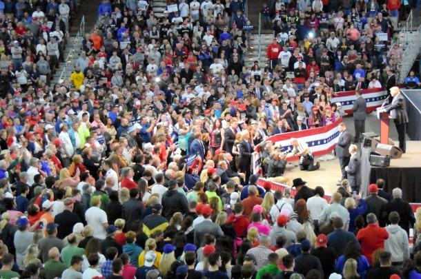 写真・図版 : 詰めかけた支持者の前で演説するドナルド・トランプ氏=2016年5月、ウェストバージニア州チャールストン