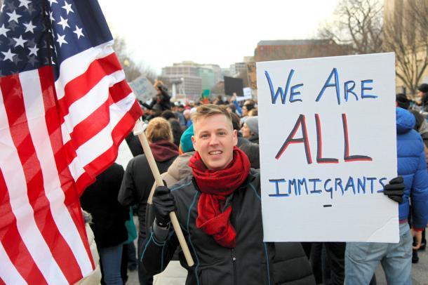 写真・図版 : 移民や難民の入国を制限するトランプ氏の大統領令に対し、ホワイトハウス前で行われた抗議活動=2017年1月、ランハム裕子撮影