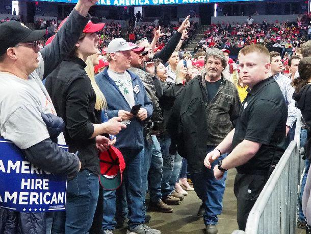 写真・図版 : グランドラピッズでの選挙集会でトランプ氏が「腐ったメディアども」と叫ぶと、支持者は一斉に記者席を向いてブーイングを浴びせた=2019年3月28日(沢村撮影)