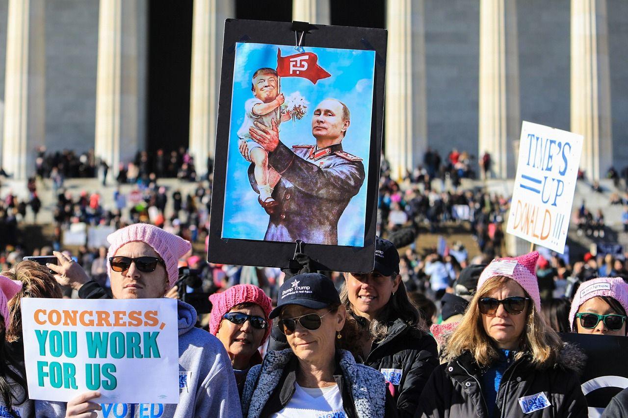 写真・図版 : 昨年1月の「ウィメンズマーチ」でもロシア疑惑の追及を求める市民の姿が目立った(ランハム裕子撮影)