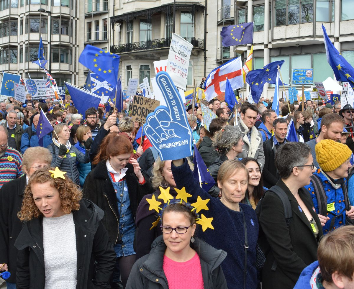 写真・図版 : 平成は世界が混迷した時代。先進デモクラシーの混迷は止まらない。英国のEU離脱をめぐる二度目の国民投票を求めるデモ行進=2019年3月23日、ロンドン