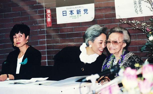高輪にあった日本新党本部のホールで行われた「女性のための政治スクール」の開校式に参加した加藤シヅエ名誉校長(右)、加藤タキ校長(中)、円より子事務局長(左)=1993年2月〓日