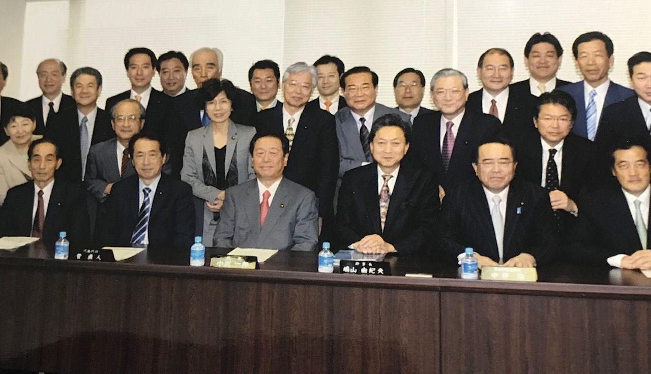 写真・図版 : 政治の世界には女性が少ない。とくに執行部に女性がいない。写真は民主党の常任幹事会のメンバーだが、地域代表も入れて50人近くいたメンバーのうち、女性は円さんと千葉景子さんだけだった=2008年6月5日