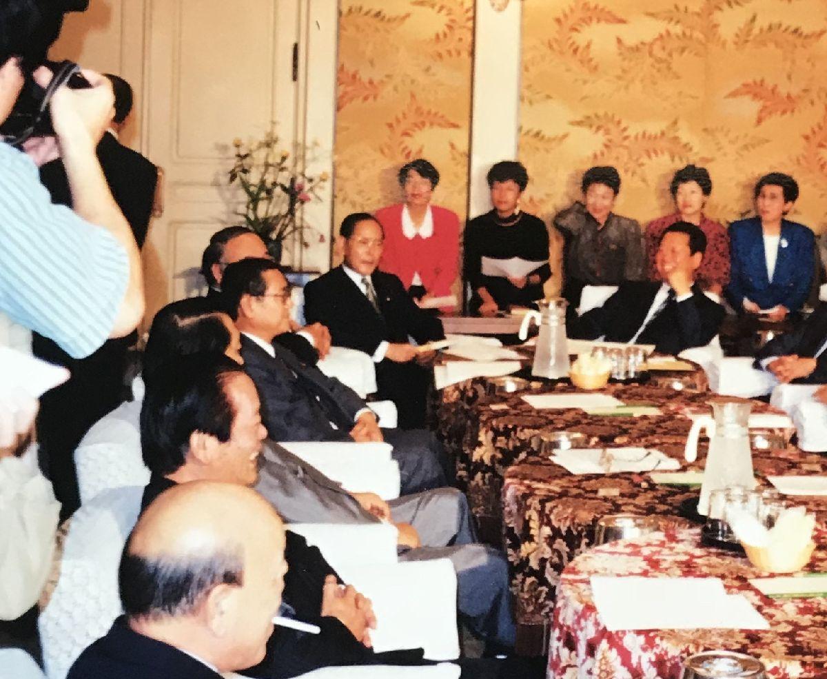 写真・図版 : 細川護熙内閣、羽田孜内閣の後、野党になっていた8党は、新党準備会を発足させ、その実行委員長に小沢一郎さんがなる。円より子さんは女性議員を代表して、新党にクオータ制を導入するよう求めた。後ろ左から二人目が円さん。前に市川雄一さん、小沢一郎さん=1994年11月30日