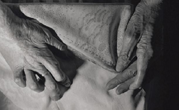 清水ツルコの被爆した指は、右3本と左2本しか使えない。半分に曲がったままの指を使い、和裁で生計をたてて幼い息子と弟を育てた(広島、1984年)©Yoshino Oishi