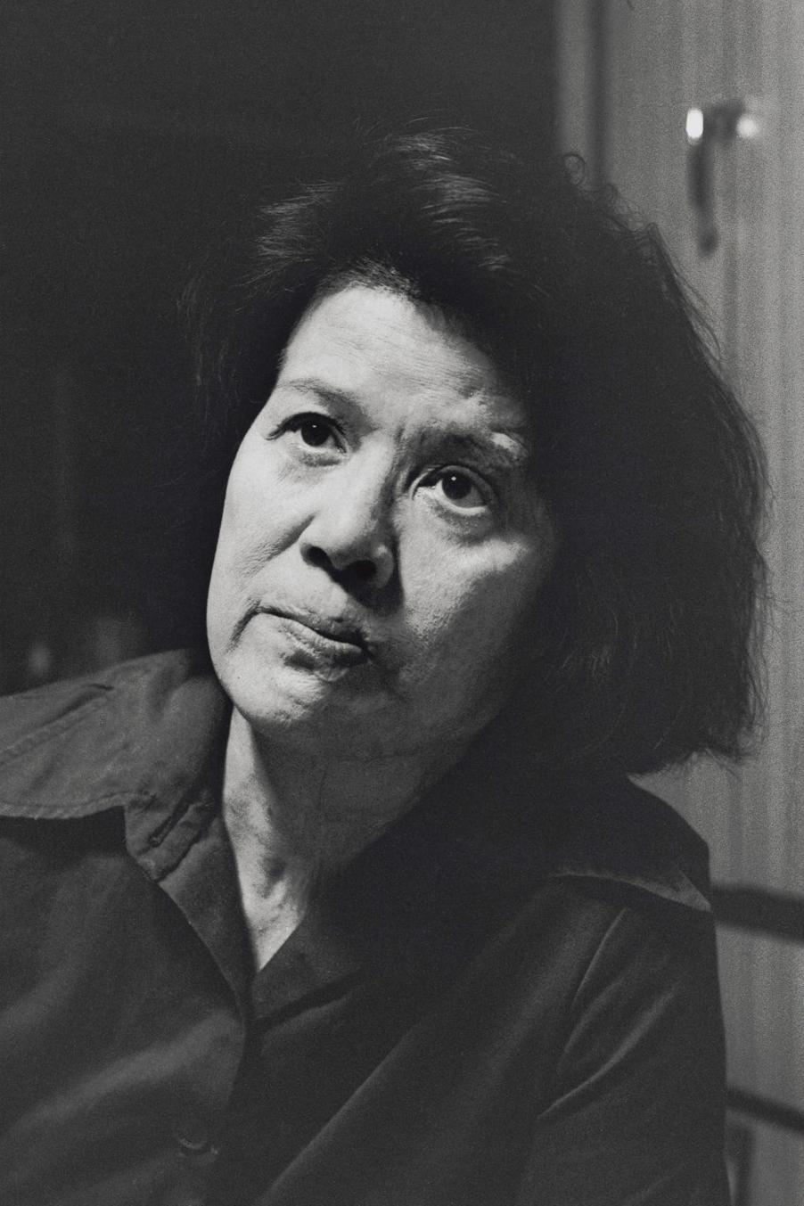 山岡ミチコ(1930年生)は、女学校から学徒動員で西電話局へ向かう途中、爆心地から800mの三川町の路上で被爆。3歳で父を亡くした母子家庭だったが、母親も被爆した(広島、1985年)©Yoshino Oishi