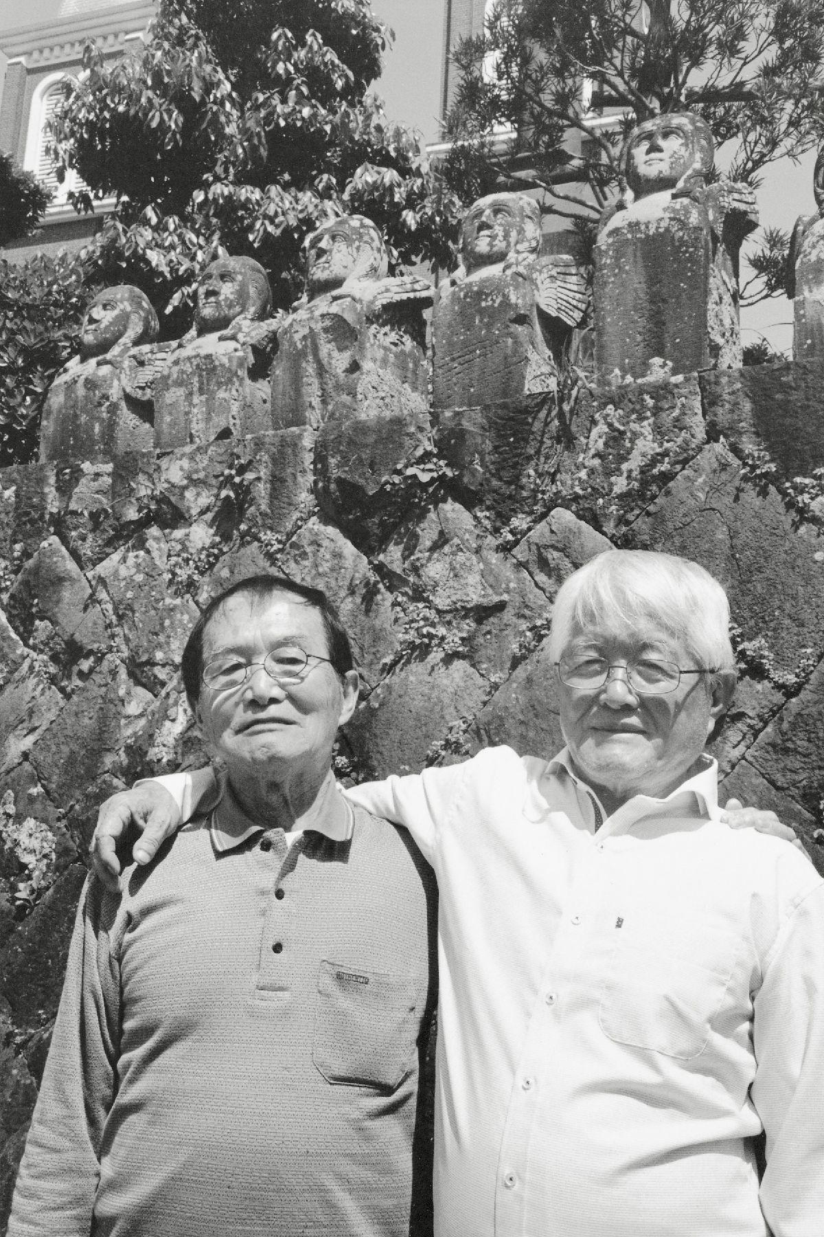被爆した峰徹(左)と弟の木口久(長崎、2015年)©Yoshino Oishi